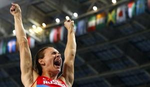 Yelena Isinbáyeva dio el mejor salto de la noche en la final del salto con garrocha femenil de Moscu 2013 (Reuters).