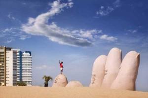 nino-jungando-sobre-la-escultura-la-mano-en-la-arena_galeria_principal_size2