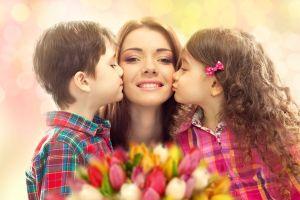 Mamá-con-dos-hijos-besándola