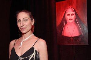 Ella le da vida a la Monja demoníaca