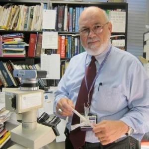 Dr. Philip Tierno, Escuela de Medicina de la Universidad de Nueva York.