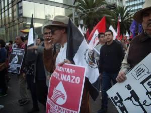 El actor Roberto Sosa participó en la marcha.