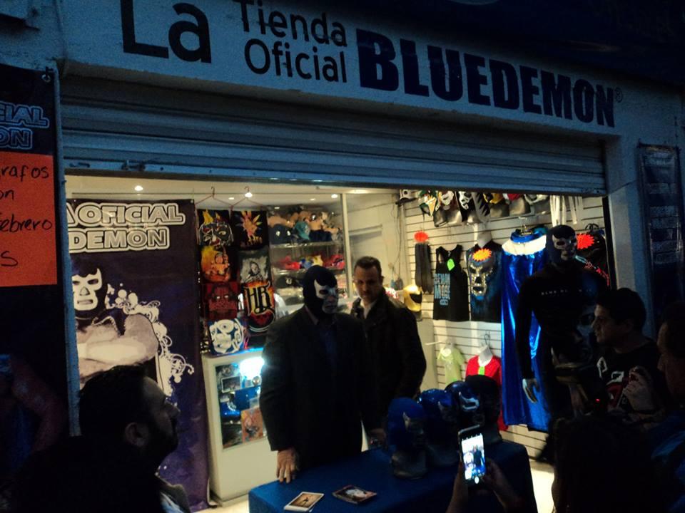 12073f352 Con motivo de la remodelación y décimo aniversario de la Tienda Oficial de Blue  Demon, el luchador profesional Blue Demon Jr. ofreció una firma de ...