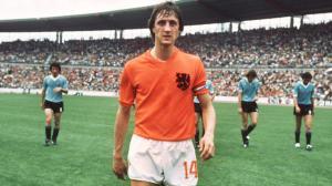 cruyff en cancha de futbol con uniforme de holanda